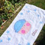 Toalla de verano con diseño marinero celeste infantil