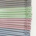 Lapiceros pintados a mano, en tonos azul, rosa, verde y gris
