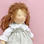 Muñeca Sofia, detalle con Vestido de Flores Gris
